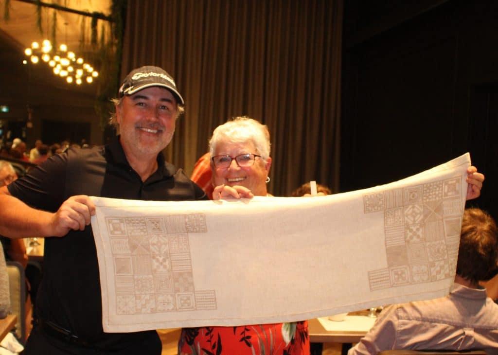 Photo de Marcel Ouellet et de sa femme qui célèbre leur réussite