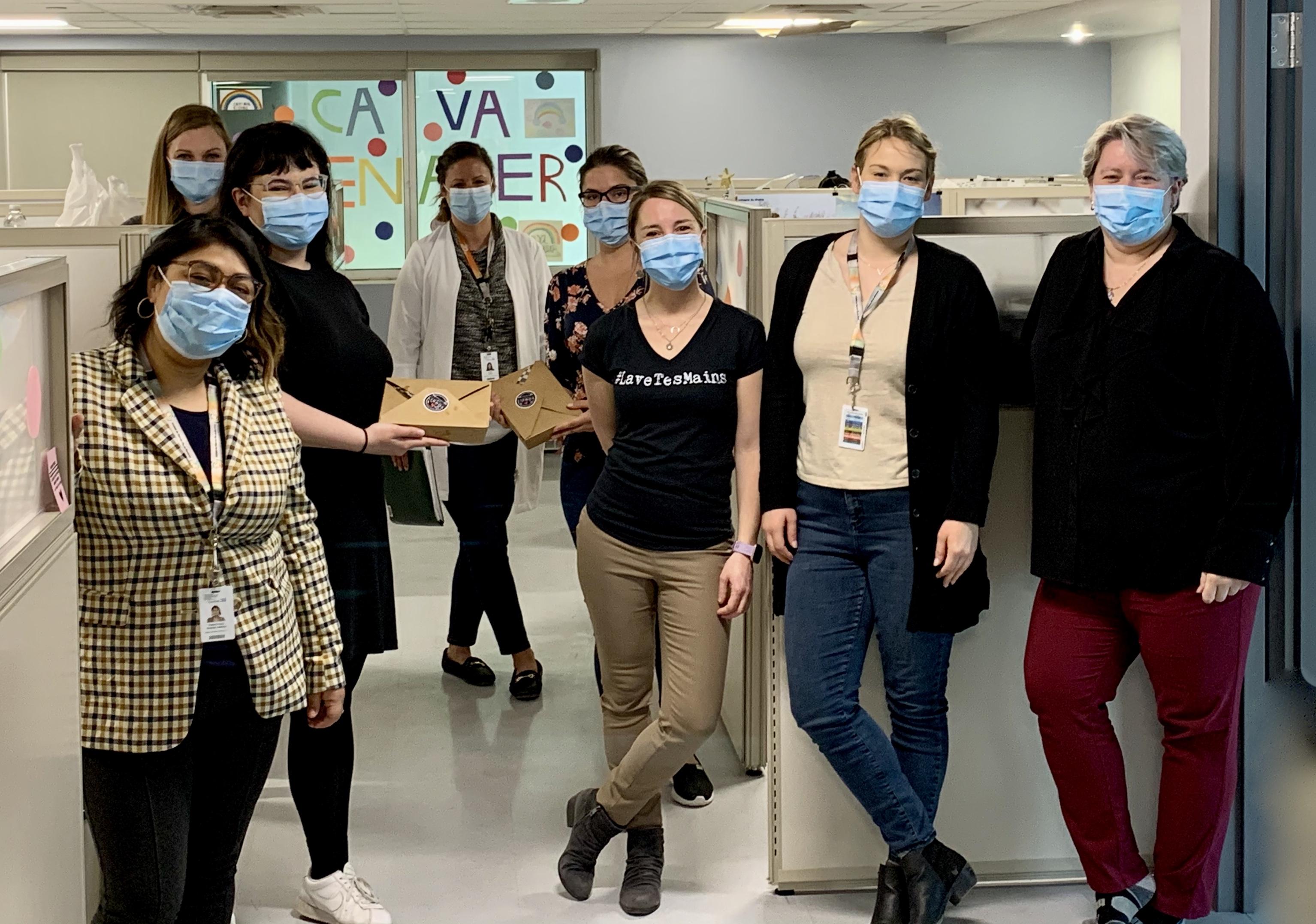 Photo d'une équipe de l'Hôpital Maisonneuve-Rosemont ayant reçu leur boîte repas.