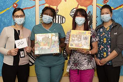 Sandra, chef de l'unité de pédiatrie, Geneviève, infirmière, Nathalie, assistante au supérieur immédiat, Rebecca, infirmière